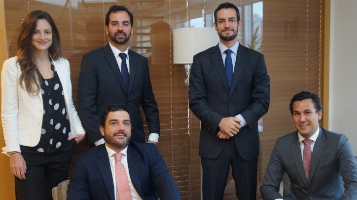 Der. a Izq. Luísa Barthel, André Novaski y Pedro Cirri. Sentados: Christiano Chagas Monteiro de Melo y Thiago Rodrigues Maia